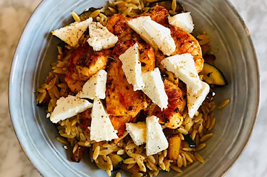 Griekse pasta met gemarineerde kip en feta